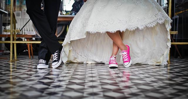 Ehe vs. unverheiratet Zusammleben: Hochzeit in Chucks