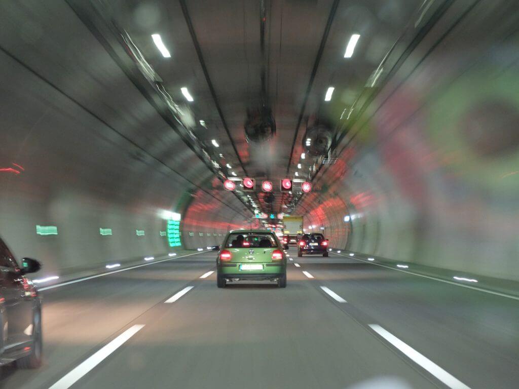 Die Spur halten. Mit dem Autopilot gehts leichter.