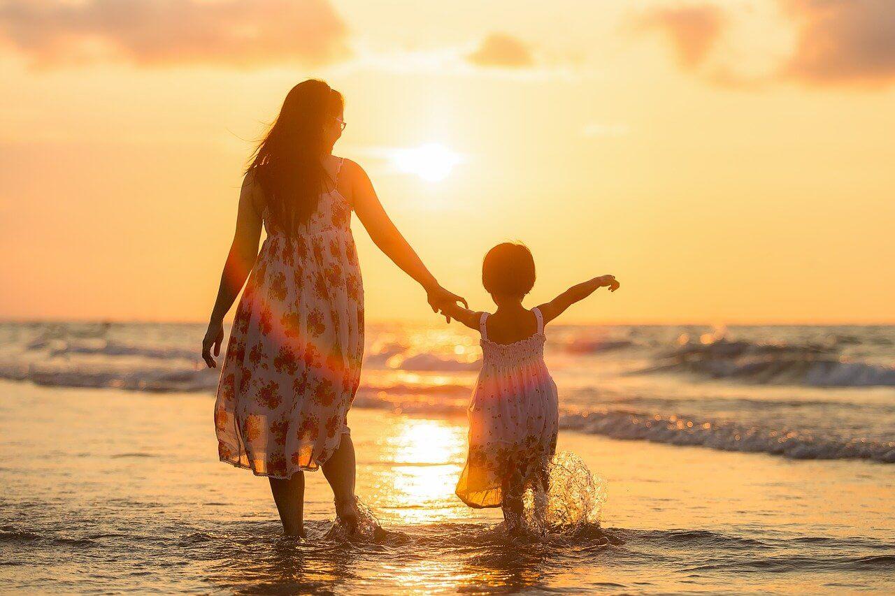Mutter Tochter Sonnenuntergang am_Meer